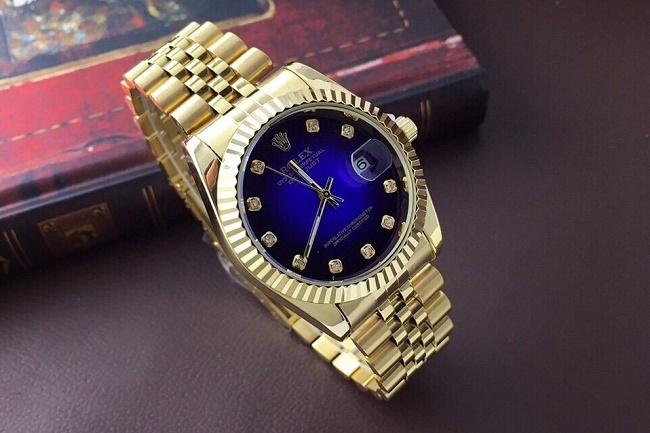 Chọn mua đồng hồ đeo tay làm quà sinh nhật cho bạn trai.
