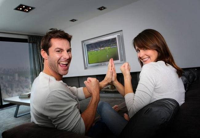 Dành thời gian cùng bạn trai xem trận bóng đầy ý nghĩa.