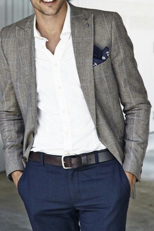 Màu của thắt lưng luôn luôn cùng màu hoặc tối hơn màu của quần Âu.