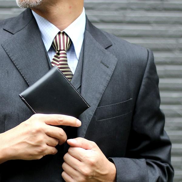 Một chiếc ví tiện nhất nên có kích thước vừa phải đối với chàng