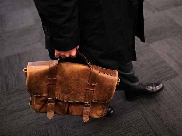 Túi da nam là món quà tặng được nhiều người lựa chọn