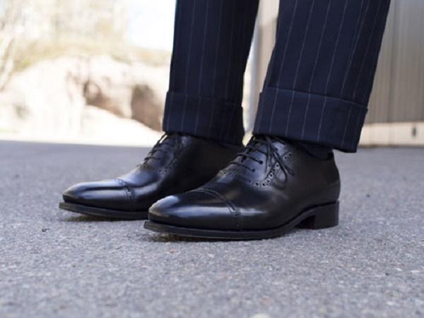 Với anh chàng lịch lãm thì đừng bỏ qua giày da màu đen truyền thống.