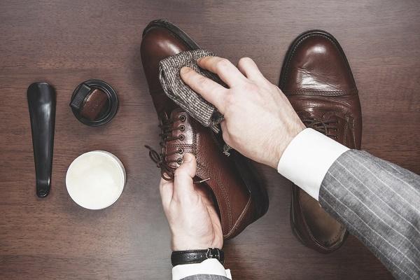Đánh giày cũng là cách để giúp giày bền và luôn như mới