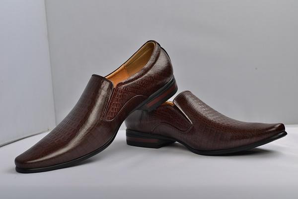 Giày da cá sấu mang lại cho chàng vẻ ngoài sang trọng nhưng đi kèm là mức giá khá cao
