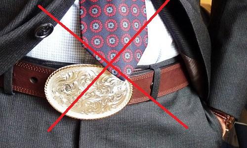 Tránh đeo thắt lưng với phần khóa lớn hơn phần đai của bộ đồ