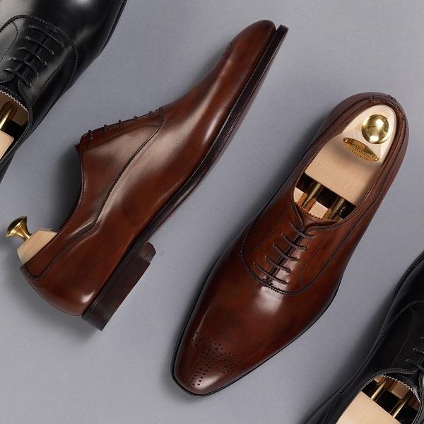 Trên thị trường hiện nay có bán nhiều phụ kiện giúp giữ dáng giày rất hiệu quả.